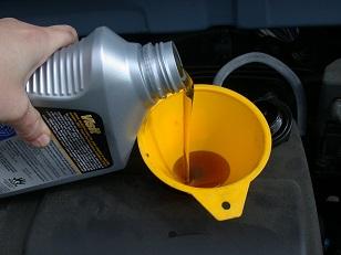 olej-silnikowy-wlew.jpg
